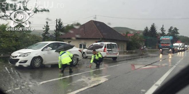 Accident spectaculos la Răscruci! Două persoane au zburat din mașină - FOTO