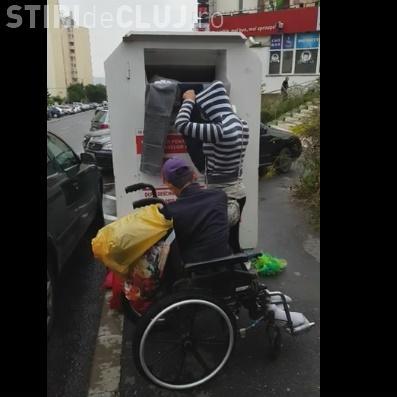 Cum răvășesc rromii recipientele cu haine donate de clujeni. Își aleg ce vor și pe restul le aruncă VIDEO