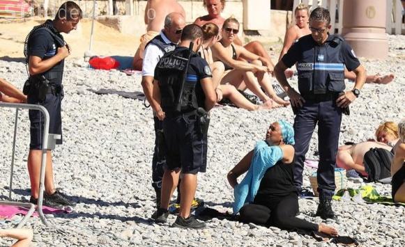 """Francezii interzic ținutele musulmane la plajă, în mai multe orașe din țară. Femeile nu mai au voie să poarte """"burkini"""""""
