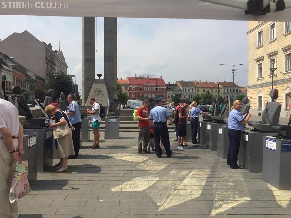 """Campania """"Trișezi centura, păcălești viața"""", la Cluj. Se organizează o expoziție sumbră pe Eroilor"""