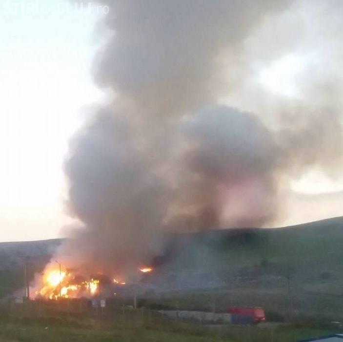 Rampa temporară de gunoi de la Pata Rât, cuprinsă din nou de flăcări. Pompierii lucrează la stingerea incendiului încă de aseară