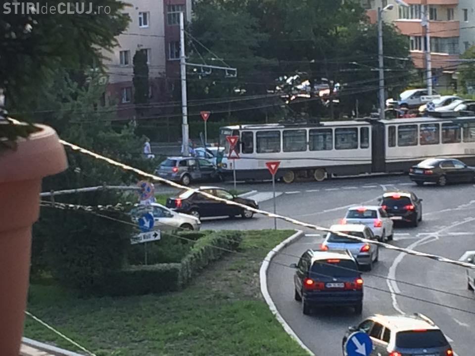 Accident în Mănăștur! A intrat cu mașina sub tramvai - FOTO