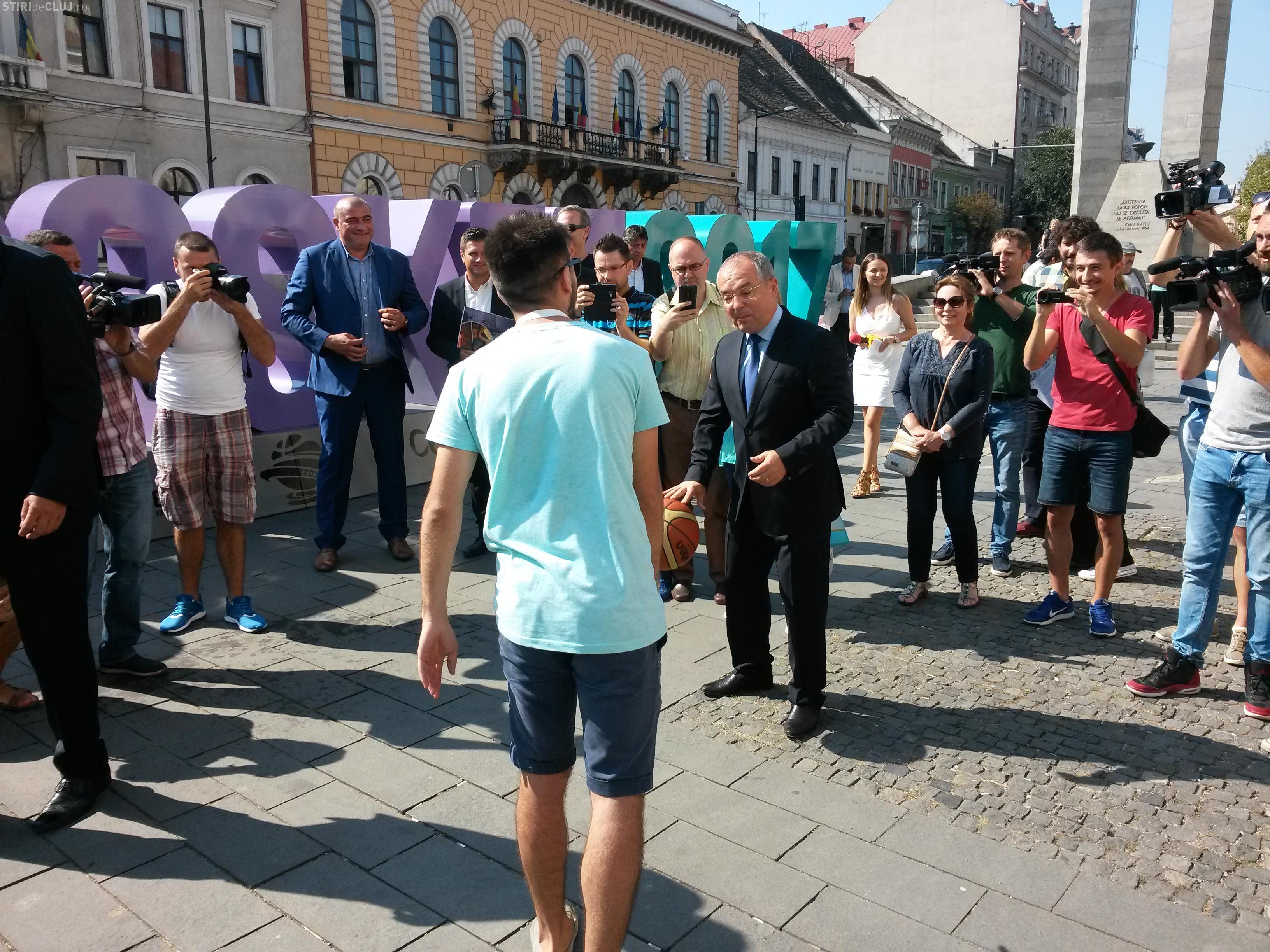Emil Boc a jucat baschet cu Mircea Bravo, în centrul Clujului - VIDEO