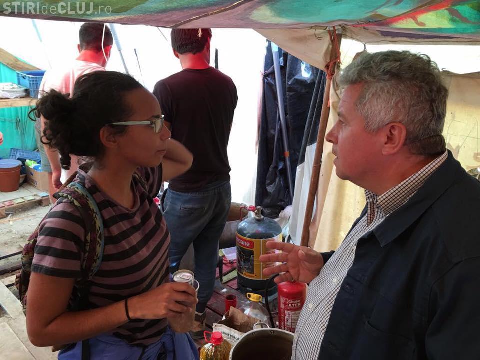 """Europarlamentarul Daniel Buda a vizitat tabăra de refugiați de la Calais: E o """"junglă"""" - FOTO"""