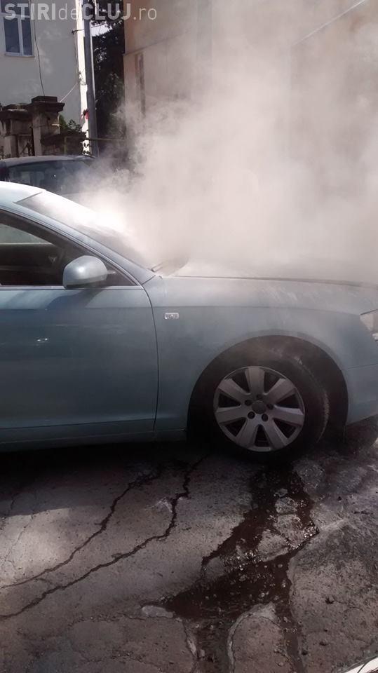 Un Audi A6 s-a aprins în parcarea de pe Avram Iancu. Puteau arde toate mașinile - FOTO