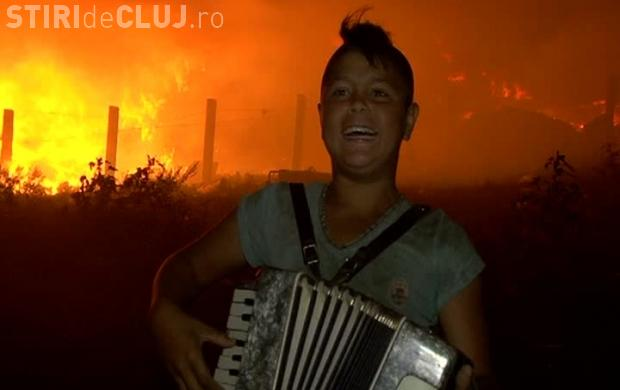Viralul zilei! Un copil cânta la acordeon lângă incendiul de la Pata Rât - VIDEO