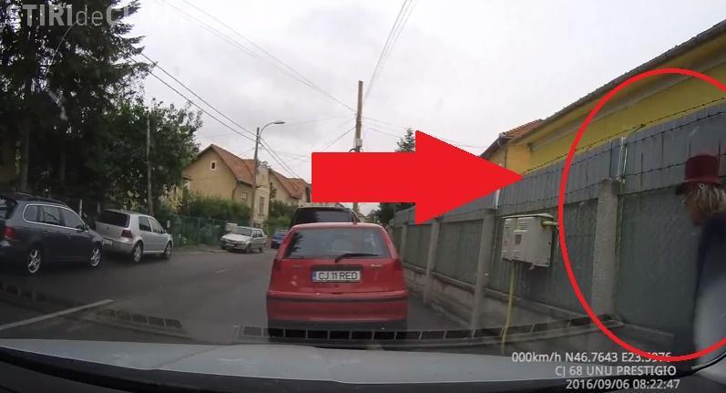 Cluj - Pensionară filmată în FLAGRANT. Rupe oglinzi și zgârie mașini - VIDEO