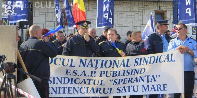 Angajații de la Penitenciarul Gherla și alți colegi au protestat în stradă și cer majorarea lefurilor