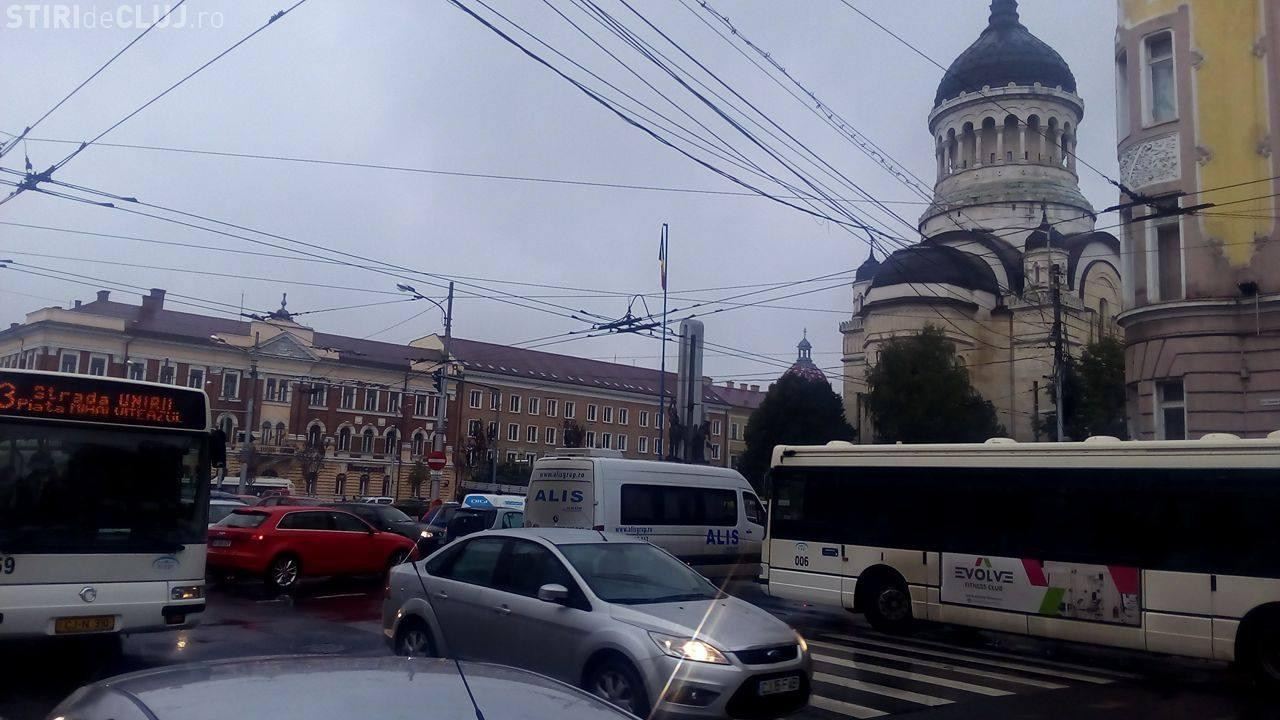 Clujul a fost PARALIZAT, miercuri, după ora 17.00! Mii de șoferi au ieșit cu mașinile, speriați de ploaie - FOTO