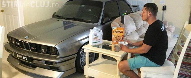 Un bărbat nu se poate despărți de BMW -ul său. L-a parcat în sufragerie - FOTO