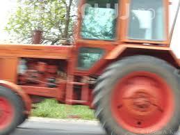 Clujean prins RUPT de beat la volan și fără permis. Căra cu tractorul o remorcă plină cu lemne furate