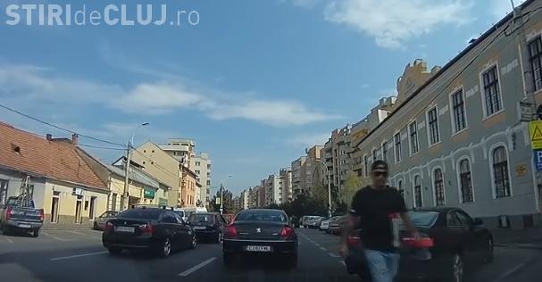 Cluj - Șoferul unui AUDI a sărit la bătaie în centrul orașului: Incident in trafic urmat de un act de distrugere - VIDEO