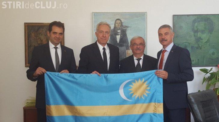 Ambasadorul SUA în România s-a pozat cu steagul secuiesc
