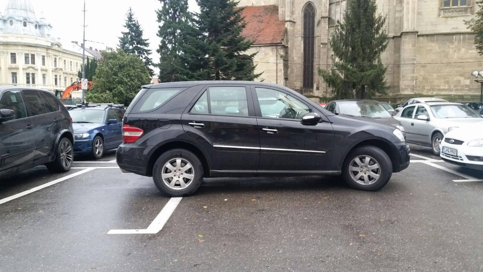 Parcare pe două locuri în Piața Unirii: Nu e de ajuns că nu sunt locuri destule - FOTO