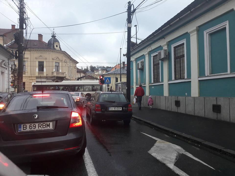 Parcare de COCALAR la Cluj-Napoca! Orașul e blocat și de nesimțirea unora - FOTO