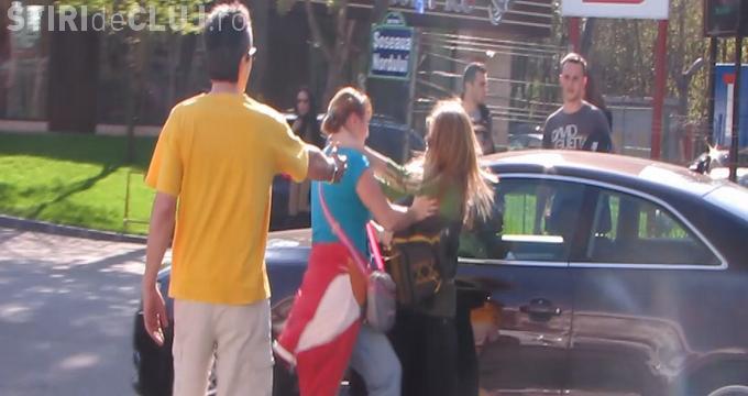 Două femeie s-au luat la bătaie în trafic. Una a fost umplută de sânge