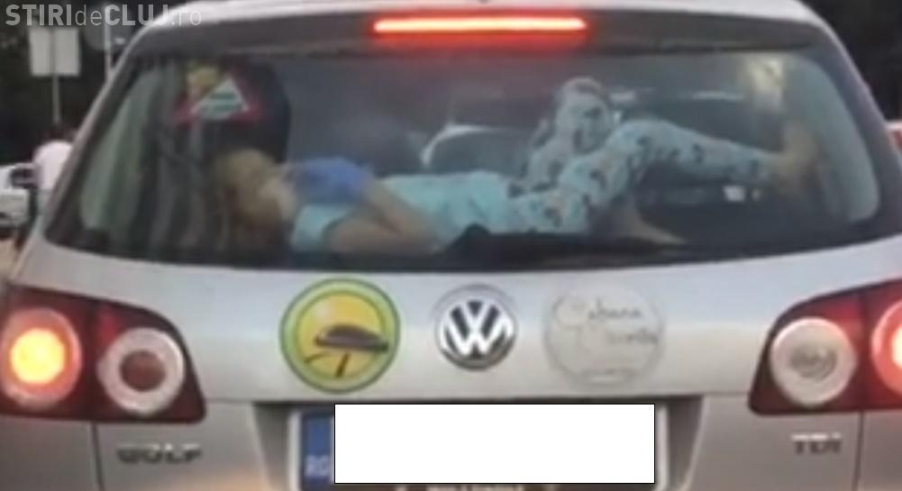 Cluj - Cum e transportat acest copil cu mașina. Vi se pare normal? - VIDEO
