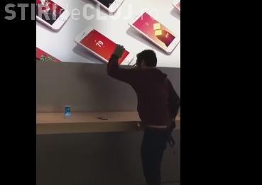 VIRALUL ZILEI: Un bărbat a intrat într-un Apple Store și a distrus toate iPhone-urile din fața ochilor VIDEO