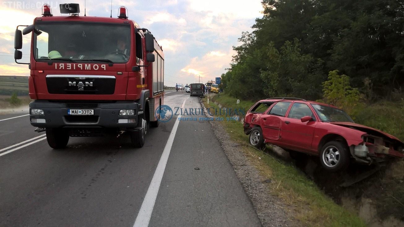 Accident cu patru victime pe un drum din Cluj. O șoferiță inconștientă a încercat să depășească un autocar VIDEO