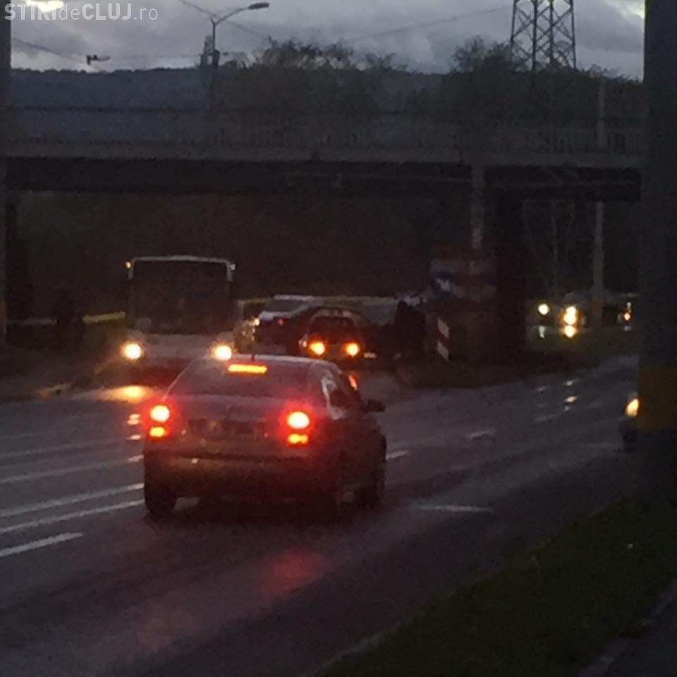 Două accidente pe strada Oașului! Au derapat pe linia de tramvai unul după altul - FOTO