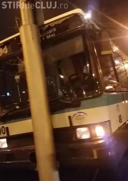 Accident în Mărăști! Un autobuz a lovit un stâlp și trei pasageri au fost răniți