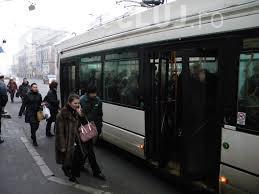 Hoț prins de cetățeni la Cluj! L-au reținut după ce a încercat să fure portofelul unei femei, în autobuz