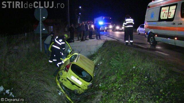 CLUJ: Un șofer s-a răsturnat cu mașina într-un șanț adânc ce doi metri VIDEO