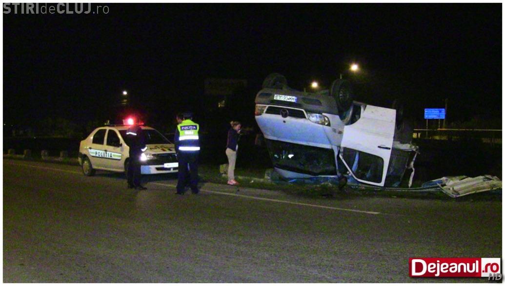 O șoferiță s-a răsturnat cu duba în toiul nopții, la Dej. A scăpat ca prin urechile acului VIDEO