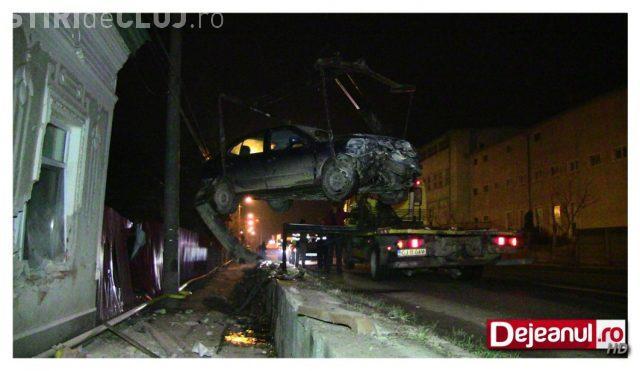 """CLUJ: Un șofer rupt de beat la volan a """"plonjat"""" cu mașina direct în peretele unei case din Dej"""