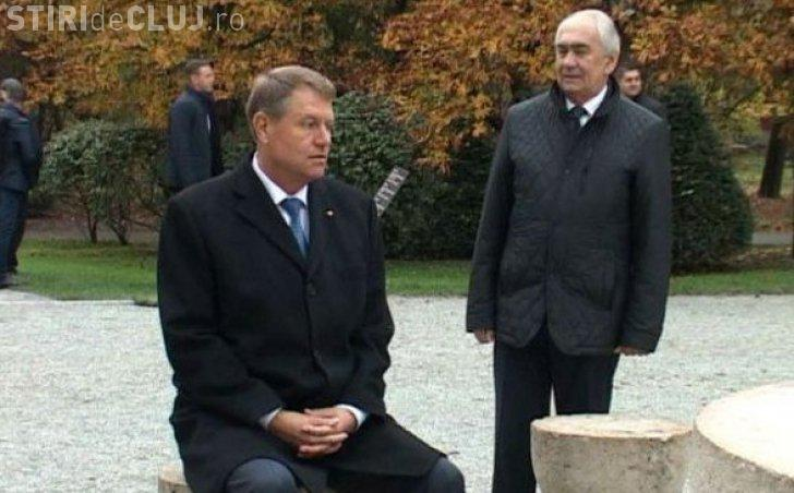 Iohannis explică în stil prorpiu de ce s-a așezat pe un scaun la Masa Tăcerii, opera lui Brâncuși