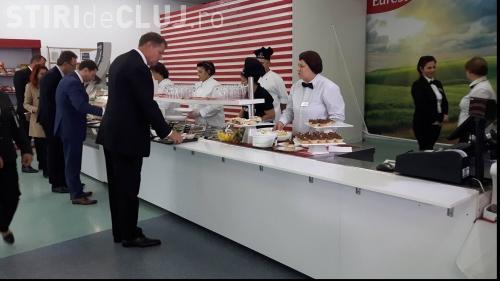 """Iohannis, surprins mâncând la """"împinge tava"""" la Cernavodă"""