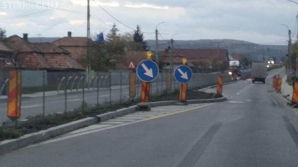 NOAPTEA MINȚII! În Tureni, pe lângă borduri a fost amplasat un gard de sârmă  pe DN 1 - FOTO