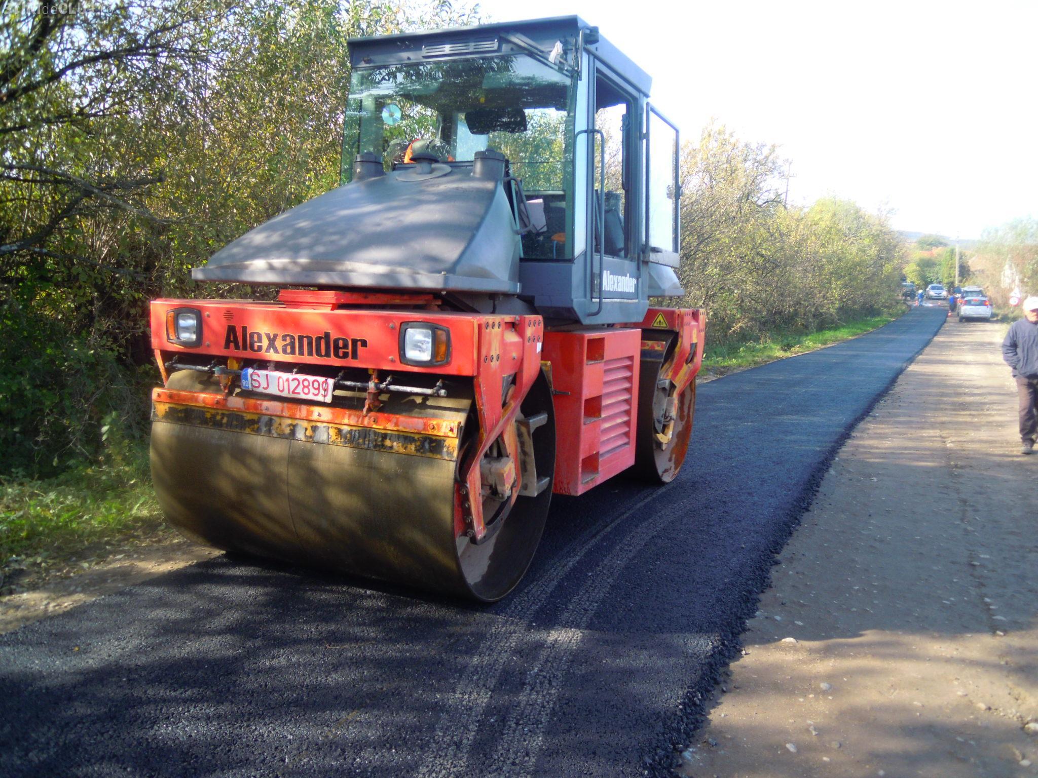 A început asfaltarea drumului judeţean DJ 103G Gheorgheni - Aiton - FOTO