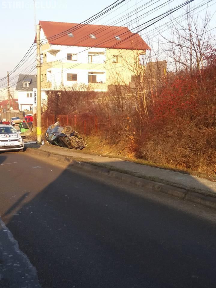 Accident pe varianta Zorilor-Mănăștur! O șoferiță s-a răsturnat cu mașina în șanț FOTO