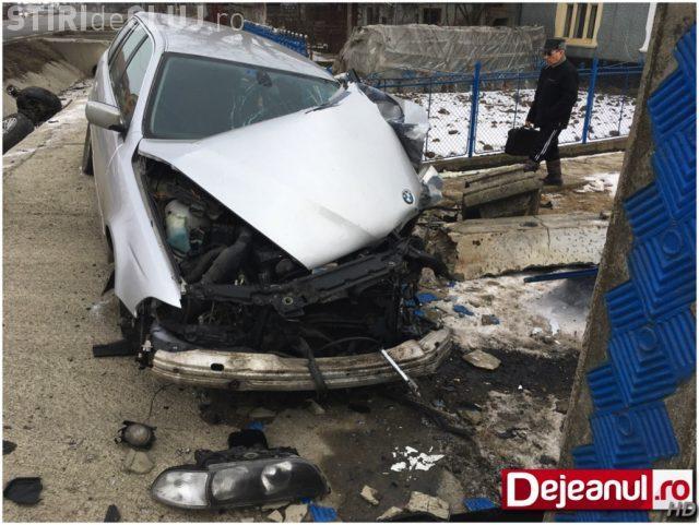 Un șofer și-a făcut PRAF BMW-ul pe un drum din Cluj. A intrat cu mașina în curtea unei gospodării FOTO