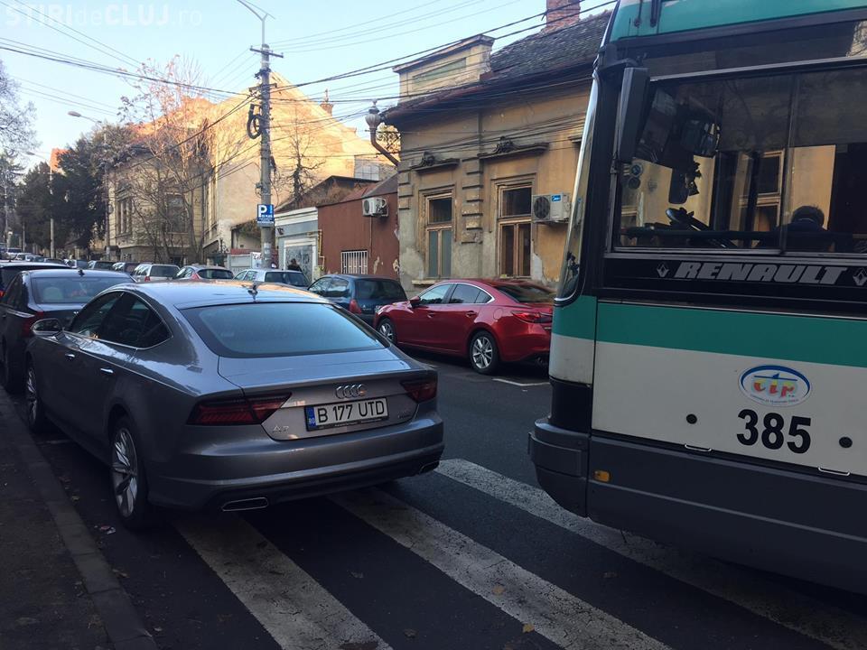 A blocat autobuzul cu bolidul său de zeci de mii de euro! Bani de parcare nu avea? - FOTO