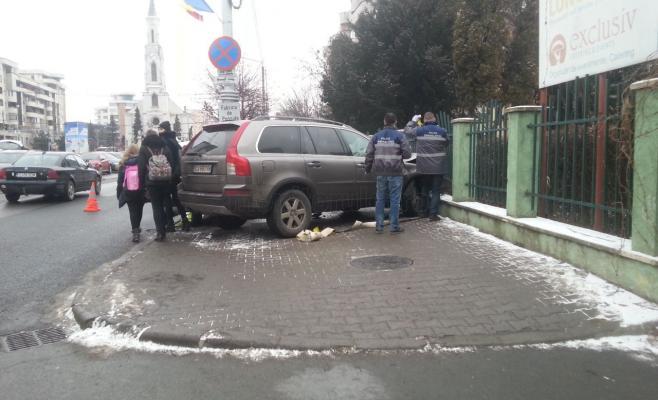 Accident în Mărăști! A intrat în gardul Liceului Anghel Saligny