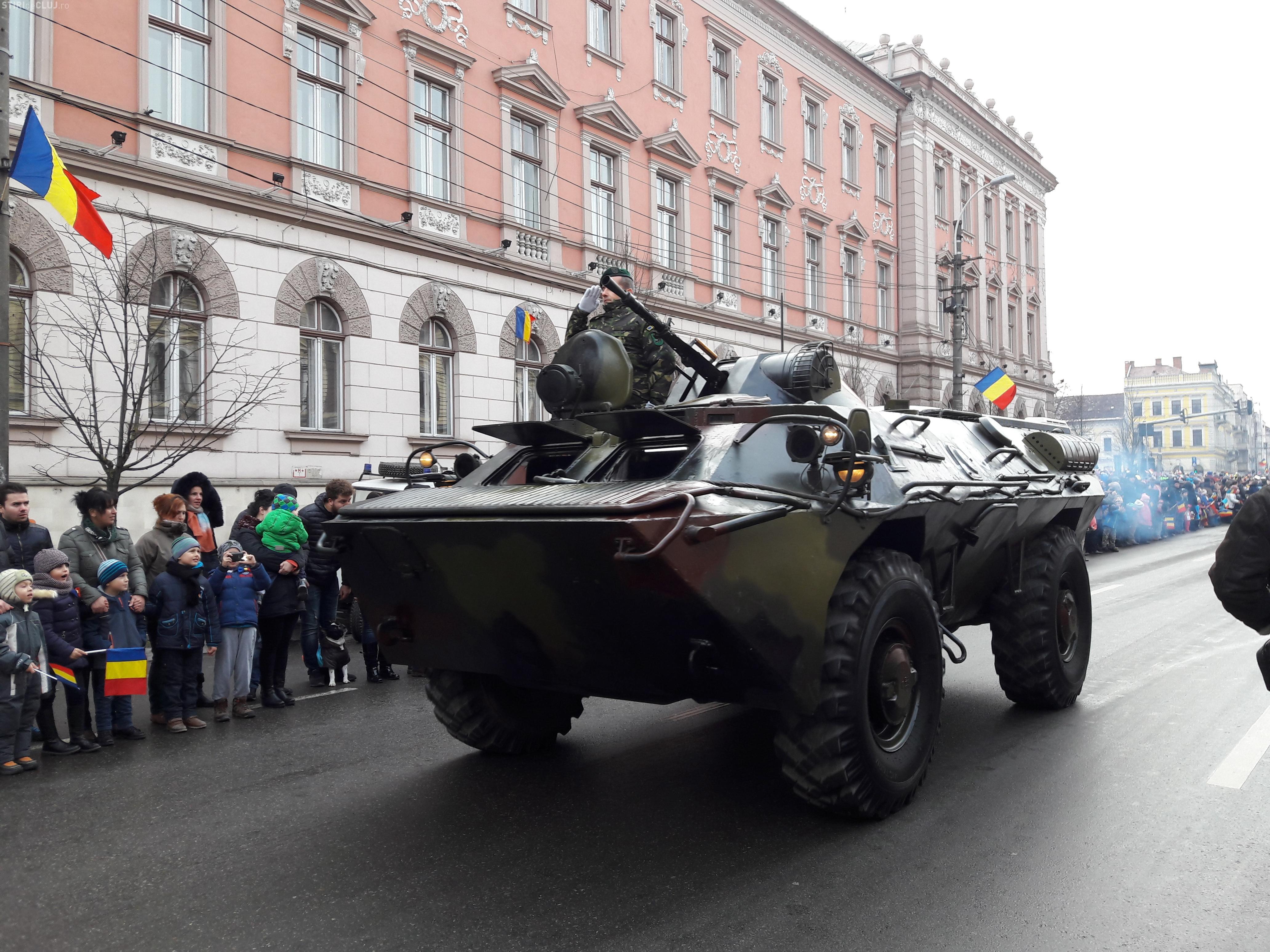 Mii de clujeni s-au strâns în centrul Clujului pentru a vedea parada militară GALERIE FOTO/VIDEO