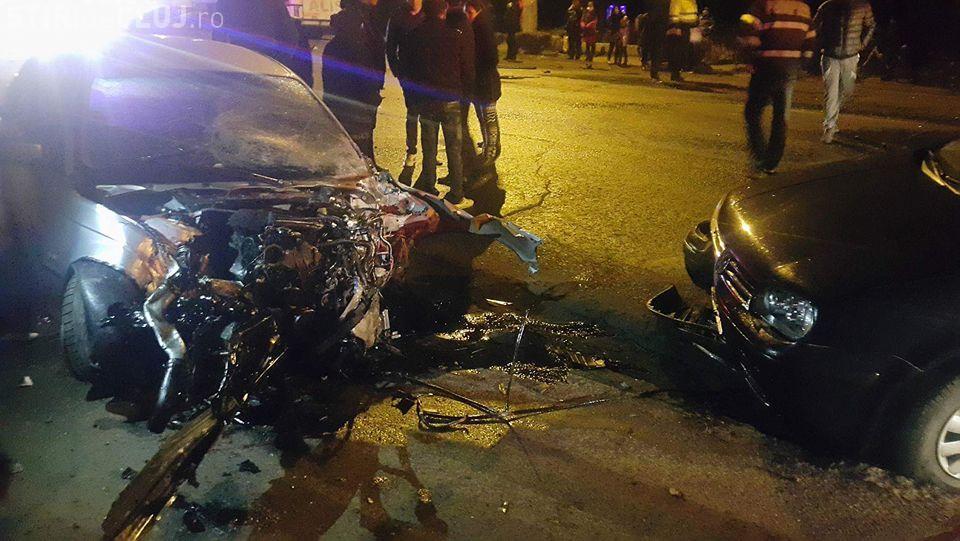 """Accident GRAV în Turda, pe strada Ștefan cel Mare. Un BMW a """"măturat"""" tot pe stradă - FOTO"""