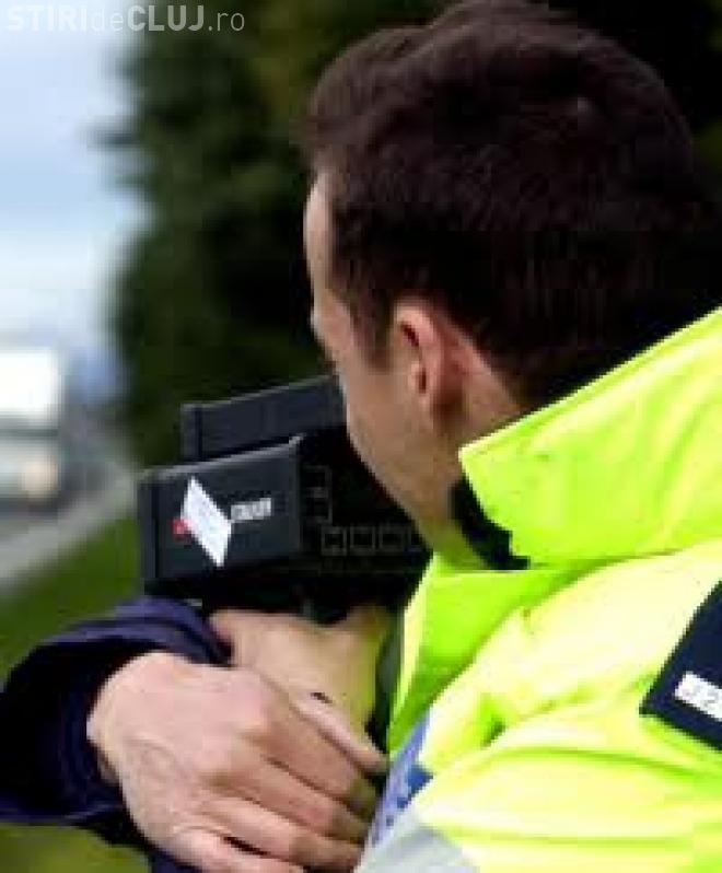 """Constănțean prins """"gonind"""" cu peste 200 km/h pe Autostrada Transilvania. Polițiștii l-au lăsat fără permis"""