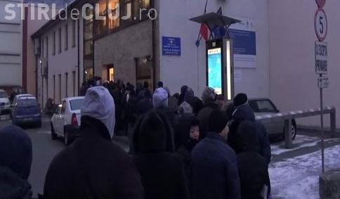 Cozi de sute de persoane pentru abonamentele de parcare, la Cluj. Unii au venit încă de azi-noapte