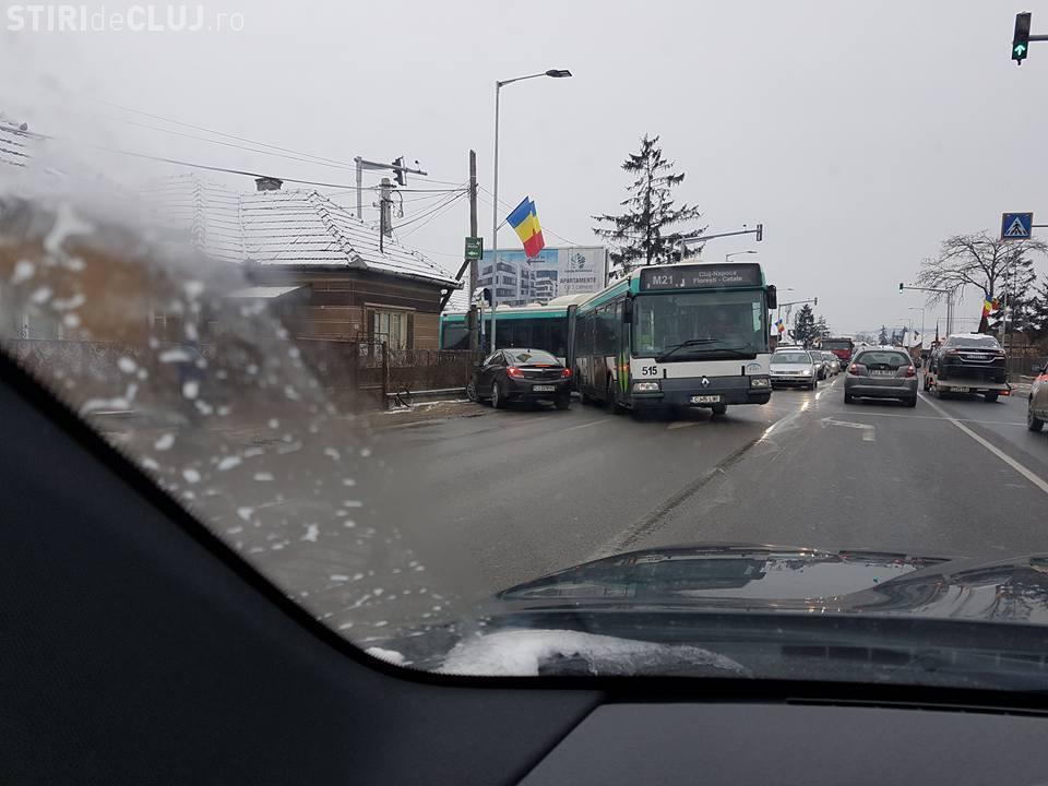 Șoferii din Florești încă ignoră interdicția de a face stânga! Pericol de accident - FOTO