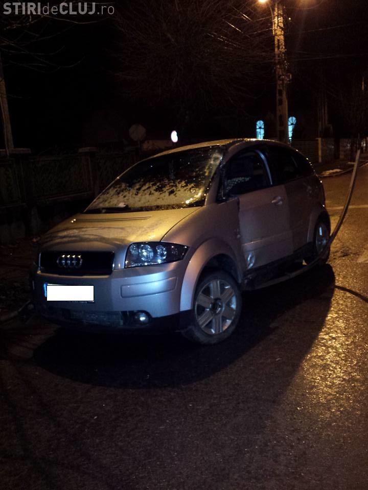 O șoferiță și-a avariat serios mașina pe strada Sobarilor, după care a abandonat-o - FOTO