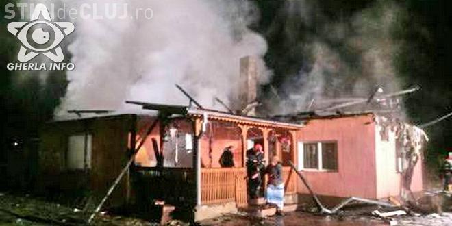 CLUJ: Tragedie pentru o familie, la început de an. Le-a luat foc casa în toiul nopții FOTO