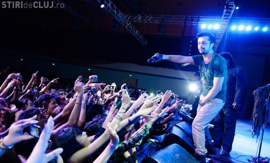 VIRALUL ZILEI: Un cântăreț și-a oprit concertul pentru a salva o fată hărțuită în public VIDEO