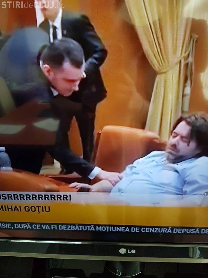 Vicepreședintele Senatului, Mihai Goțiu, a adormit în Parlament - FOTO