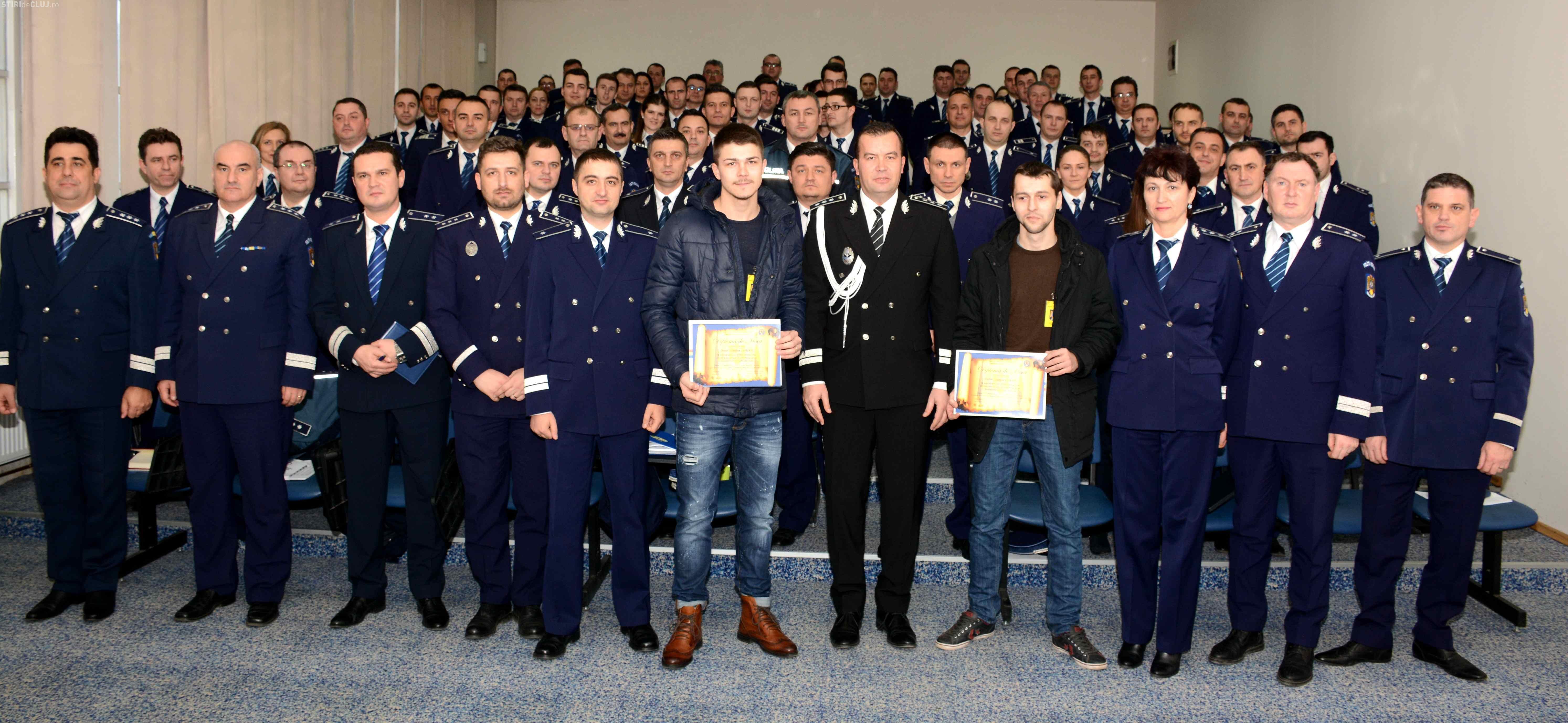 Studenți cu spirit civic, premiați de polițiști la Cluj. Au prins un tâlhar și l-au dat pe mâna legii
