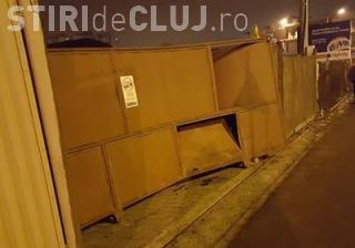 Accident pe varianta Zorilor - Mănăștur surprins LIVE! Un șofer doboară o poartă de 500 de kg - VIDEO