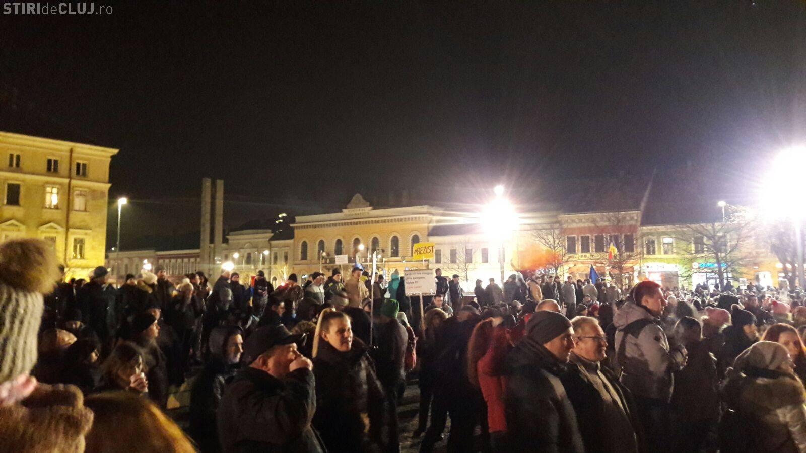 """Clujul protestează! UPDATE: Peste 15.000 de oameni sunt în stradă: """"#rezist"""" - VIDEO"""