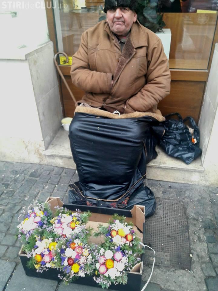 Nu are nici măcar pensie, dar muncește în fiecare zi! Un bătrânel e nevoit să vândă flori în centrul Clujului pentru a putea trăi